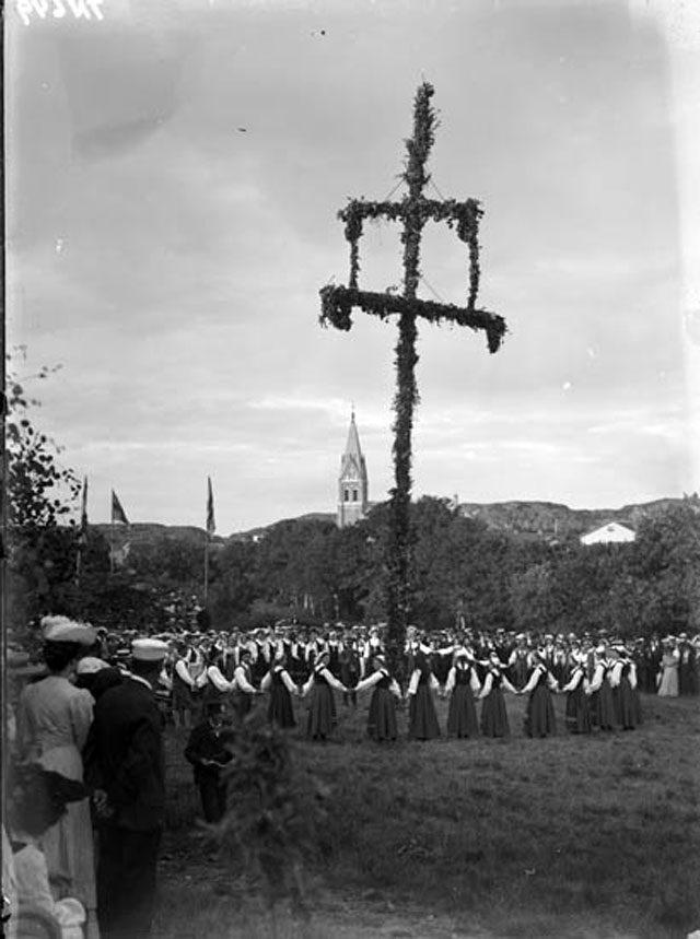 Midsommarfirande i Grebbestad under början av 1900-talet. Fotograf Thure Nihlén. (Källa digitaltmuseum.se)