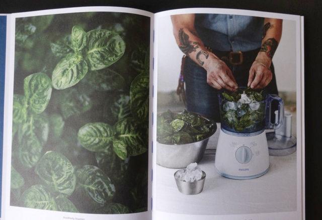 Boken om indigo, av Kestin Neumüller och Douglas Luhanko behandlar färgningen från planta till färdiga projekt. (Bilderna i boken är tagna av Fredrik Ottosson. Här avfotade av Kurbits.)