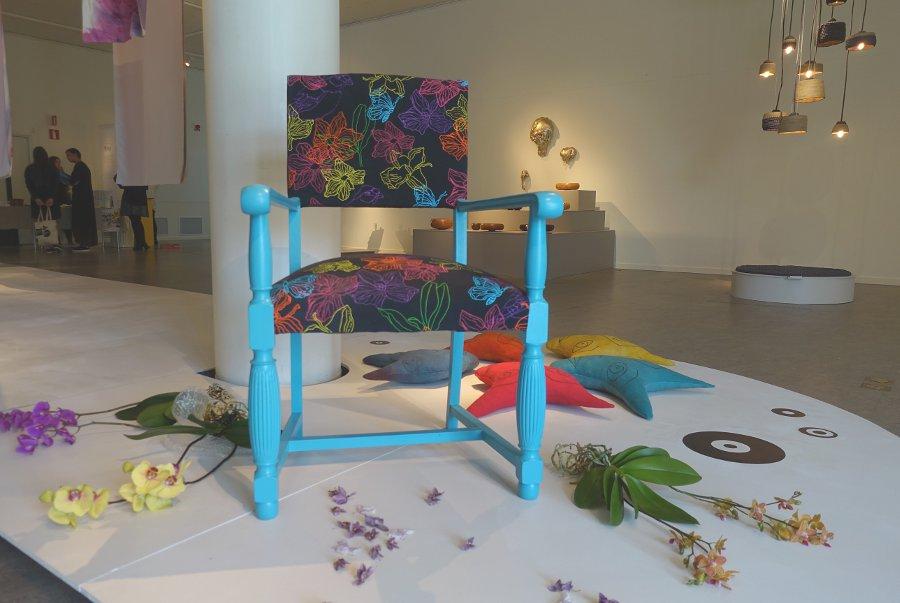 Handtryckt tyg och omgjord och omklädd stol, av Kristine Hildor. I bakgrunden skymtar Jennie Tämnerviks fina kuddar, också dem handfärgade, sydda och broderade. (Foto Kurbits)