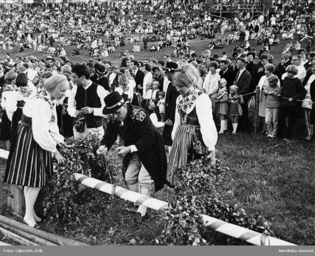 Dekoration av majstång och midsommarfirande i Leksand. Fotograf Erik Liljeroth, omkring 1965-1971. (Källa digitaltmuseum.se)