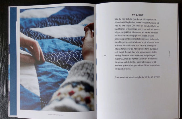 Bokens projekt handlar både om själva färgningen och hur du får fram mönstringsteknikerna, samt på projekt där indigofärgat används och lyfts med andra hantverkstekniker. (Foto uppslag ur boken Kurbits)