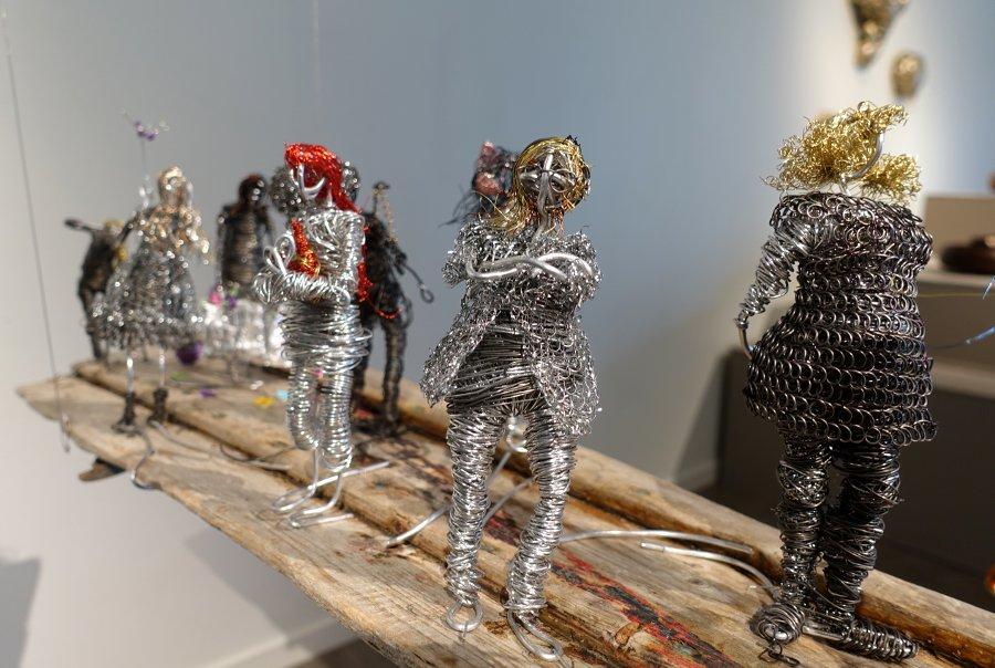Traditionella material och tekniker får i utställningen Hands On ofta nya uttryck. Här luffarslöjd av Wiwi Samuelsson. (Foto Kurbits)