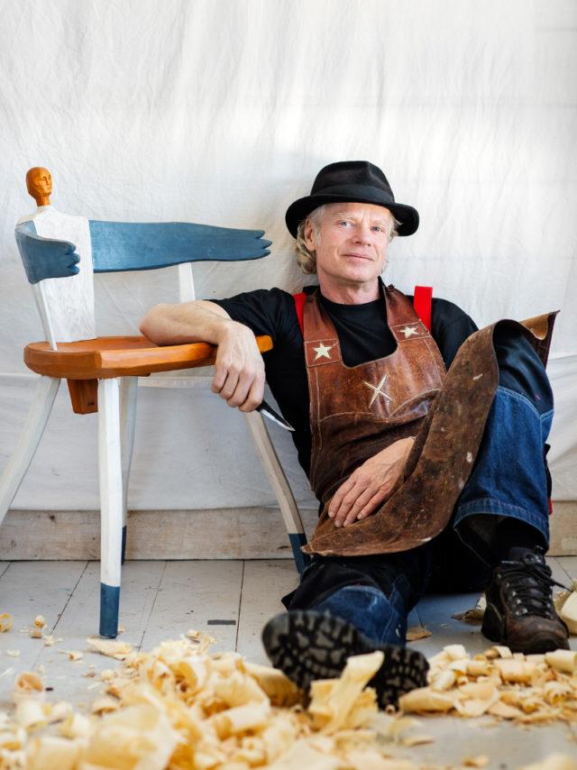 Slöjdaren Jögge Sundqvist aka Surolle. Aktuell med utställningen Stay Sharp - jag slöjdar alltså finns jag, på Gotlands konstumuseum i sommar. (Foto: Elin Berge)