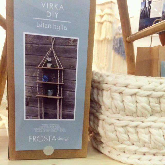 Frosta Design med sin virkade hylla i DIY-format. (Foto Kurbits)