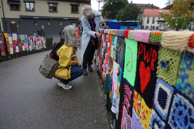 Liksom Sibylla (ståendes) och Anneli som var med och hjälpte till, supervärdefullt! (Foto Gerillaslöjdsfestivalen)
