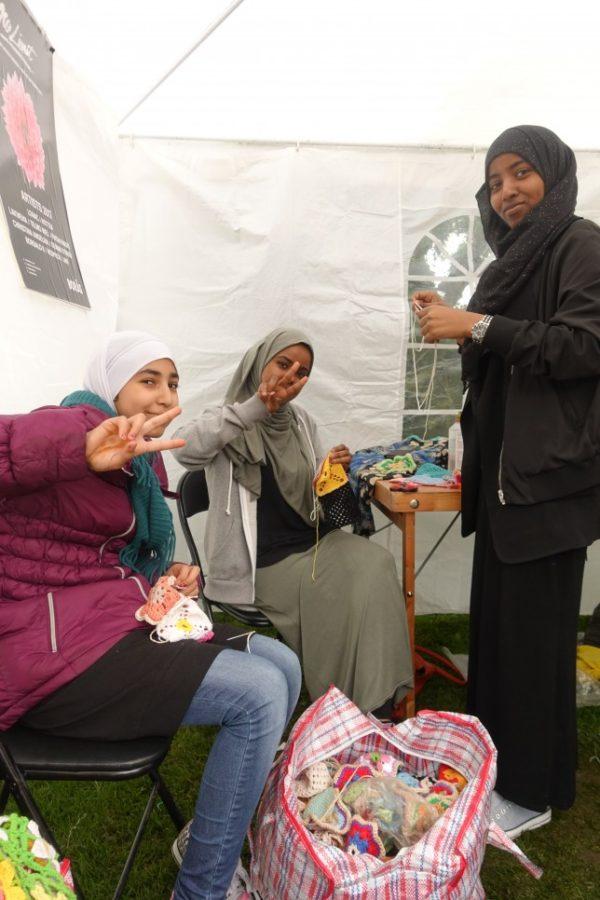 Något fint som händer i handarbetssituationer är också att de som kan hjälper de som inte kan. Här kom tre supercoola tjejer som väntade på bussen förbi, de hade inte sytt förut, och fick hjälp av andra volontärer - vips satt de och sydde som ess, tack för hjälpen tjejer! (Foto Gerillaslöjdsfestivalen)