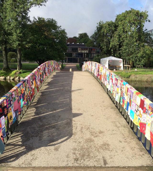 Den helt färdiga Parkspången! 48 meter inklädd bro, förhoppningsvis lika fin nu en vecka senare. (Foto Gerillaslöjdsfestivalen)