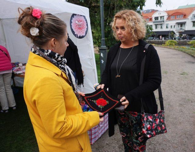 ...alla gjorda med olika anledningar, i olika tekniker och med olika budskap. Här är det Borås stads kommunalråd Malin Carlsson som lämnar över sin ruta. (Foto Gerillaslöjdsfestivalen)
