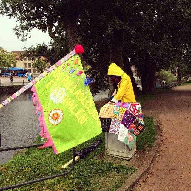 Maria sågar tappert på, väder och vind var tuffa parametrar, men vi fick det att funka ändå. (Foto Gerillaslöjdsfestivalen)
