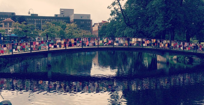 Nu är Parkspången i Borås helt täckt med garn – tack alla som var med oss!