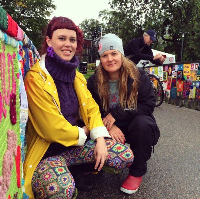 Två trötta men mycket glada och nöjda gerillaslöjdare. Maria Yvell till vänster i bild, och jag. Gemensamt gör vi också bäst Maria, det är makalöst vad vi kan åstadkomma med gerillaslöjden som metod! Och vad roligt vi har! (Foto Gerillaslöjdsfestivalen)