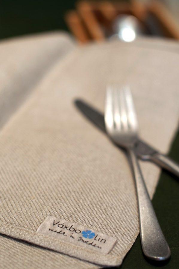 Vävd i kypert i naturfärgat 100%-igt lin, tillverkad i fabriken i Växbo. (Foto Växbo Lin)
