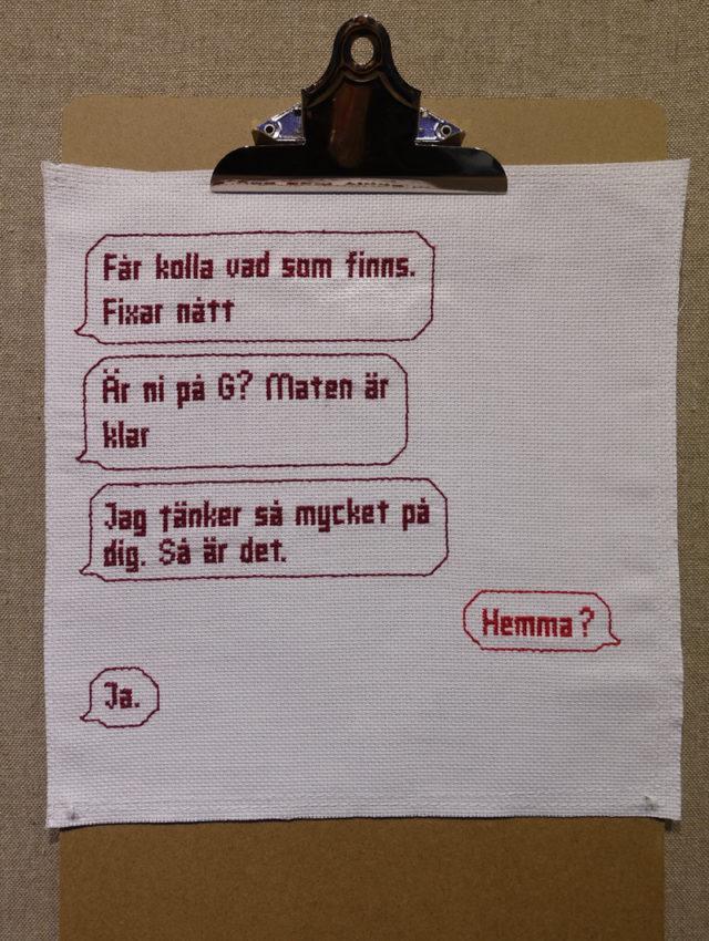 Hur många sms har vi i våra telefoner egentligen? Och vad säger de om våra vardagsliv? Anna Melkersson från Göteborg delar med sig i stygn och budskap i utställningen Shake it, shake, shake, shake it! Fram till söndag i Kungsbacka. (Foto Kurbits)