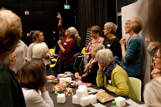 Workshop i broderi för att skapa i dubbel bemärkelse mjuka budskap till det offentliga rummet. Allt under gerillaslöjdsdagen i Århus förra veckan. (Foto Jørgen Diswal, FoF Aarhus)