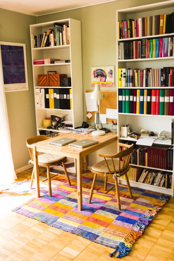No blue without orange - matta i den utställning där Josefin Gäfvert tolkat olika stockholmares hem och gjort mattor till dem. (Foto Dennis Liljebäck)