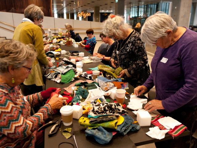 Workshop också i återbruk och redesign, där en rad olika material användes för att klä in de mjuka stenarna. (Foto Jørgen Diswal, FoF Aarhus)