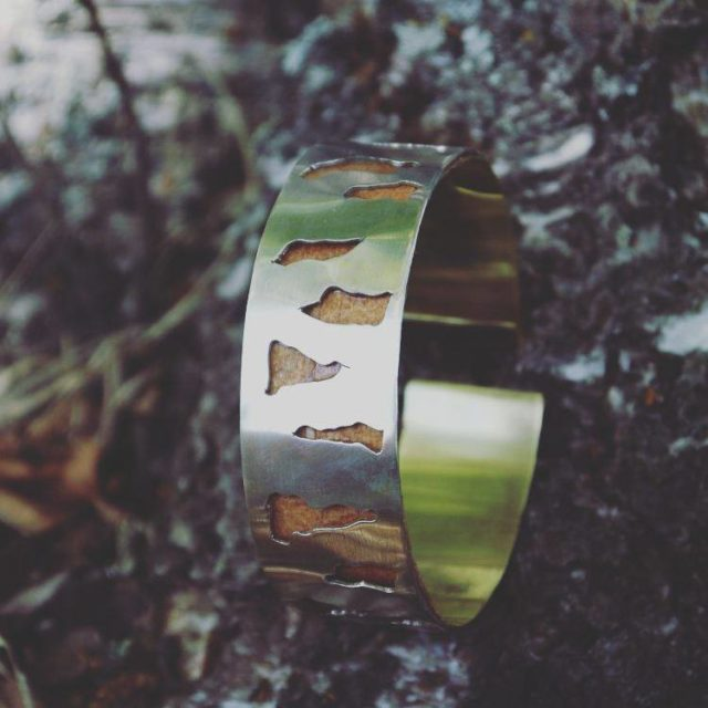 Armbandet Björk, i mässing, silver och näver. Av Sanna Nilsson som driver Overbruket och är utvald till Formex Design Talents 2018. (Foto Overbruket)