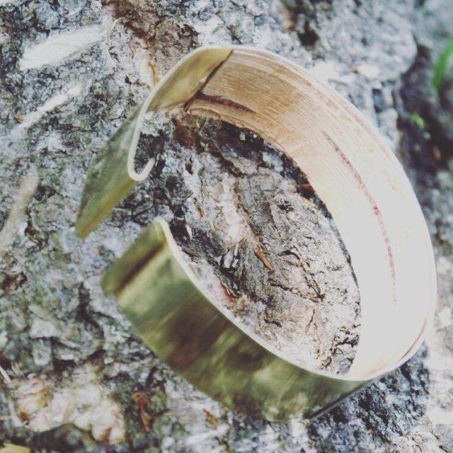 Också ett fint smycke från Ovrebruket, armbandet Björk gjort i silver, mässing och näver. (Foto Overbruket)