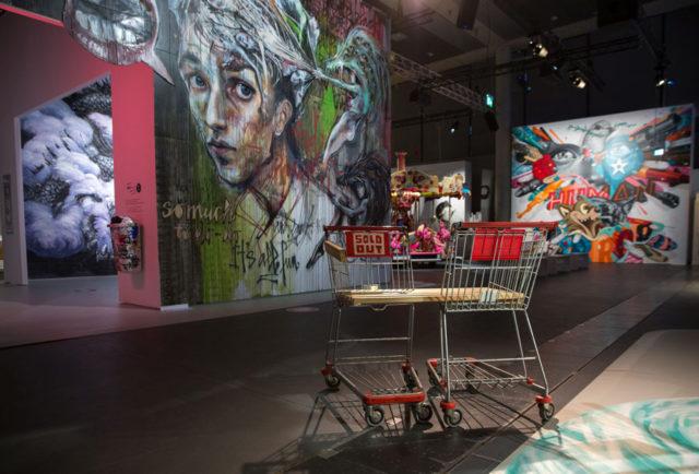 Verk av Qi Xinghua, Herakut Skewville och Tristan Eaton, i Magic City, utställningen som visar graffiti och gatukonst i internationell världsklass i Stockholm just nu. (Foto Frank Embacher)