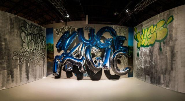 Huge, Daniel Fahlström sprejmålar fotorealistiskt, numera heliumballonger i graffitistil. (Foto Michael Schmidt)