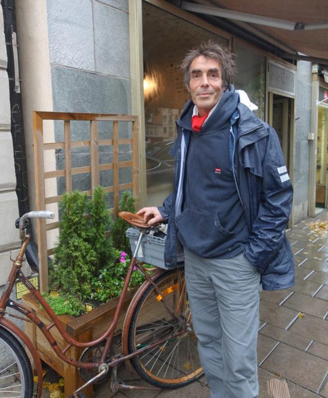 Konstnären Patrik Qvist ville bort från gallerirummet och istället flytta samtalet till gatorna. Hans muggar har blivit ett uppskattat - och ibland provocerande - inslag i stadsbilden. Precis som gatukonsten ska vara tänker jag. (Foto Kurbits)