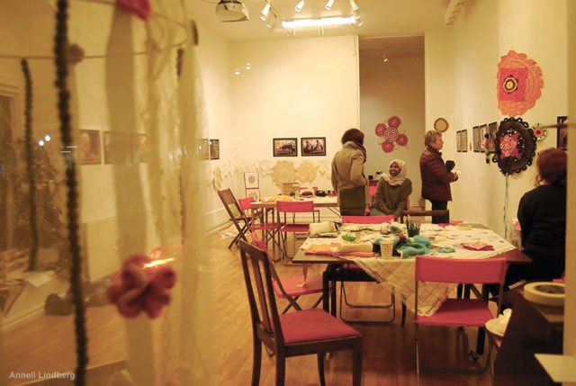 Projektet samlar kvinnor från alla håll, här är textilen det gemensamma språket, berättar Anneli Lindberg, initiativtagare till husmorsgraffiti-worskshopen som pågår idag. (Foto Anneli Lindberg)