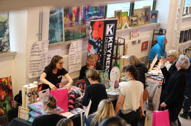 Dörrarna till julupplagan av designmarknaden A la London öppnas imorgon i Göteborg. Nästa helg är det Borås tur. Här samsas som vanligt småskalig design och spännande hantverk från hela landet. (Foto A la London)