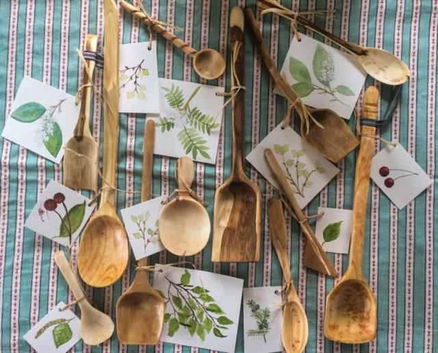 Spånet och Flisan, täljda produkter i olika träslag. (Foto A la London)