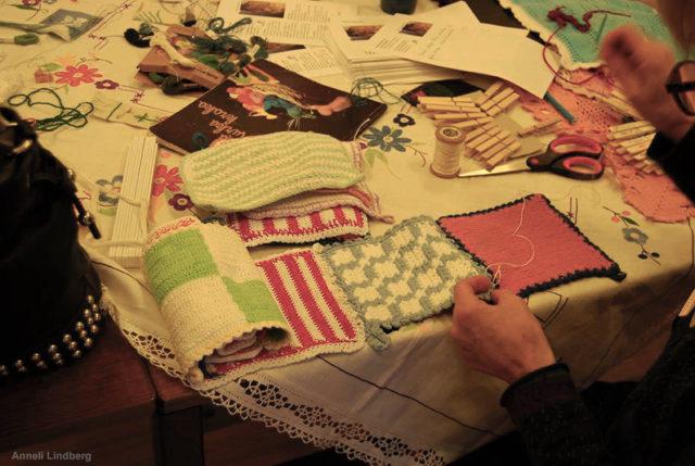 Foton från gårdagens workshoppass, där virkade, knypplade, broderade dukar, grytlappar och textilier sätts samman av kvinnonätverket Hemma. Allt som görs sätts upp i offentliga rummet i Norrköping. (Foto Anneli Lindberg)