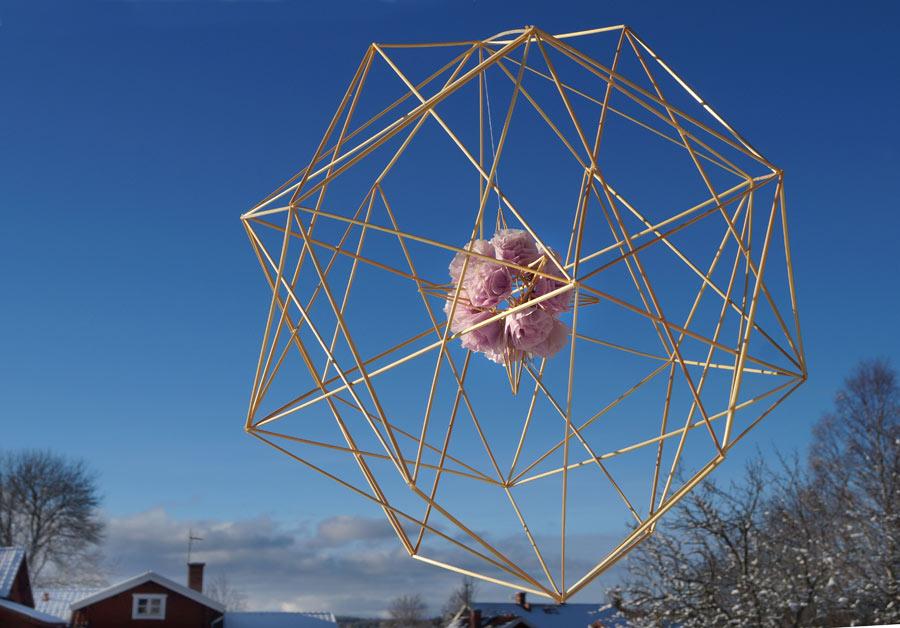 Giant sphere – råghalm och vikta rosor i silkespapper. Av Per-Åke Backman. (Foto Ingela Sannesjö)