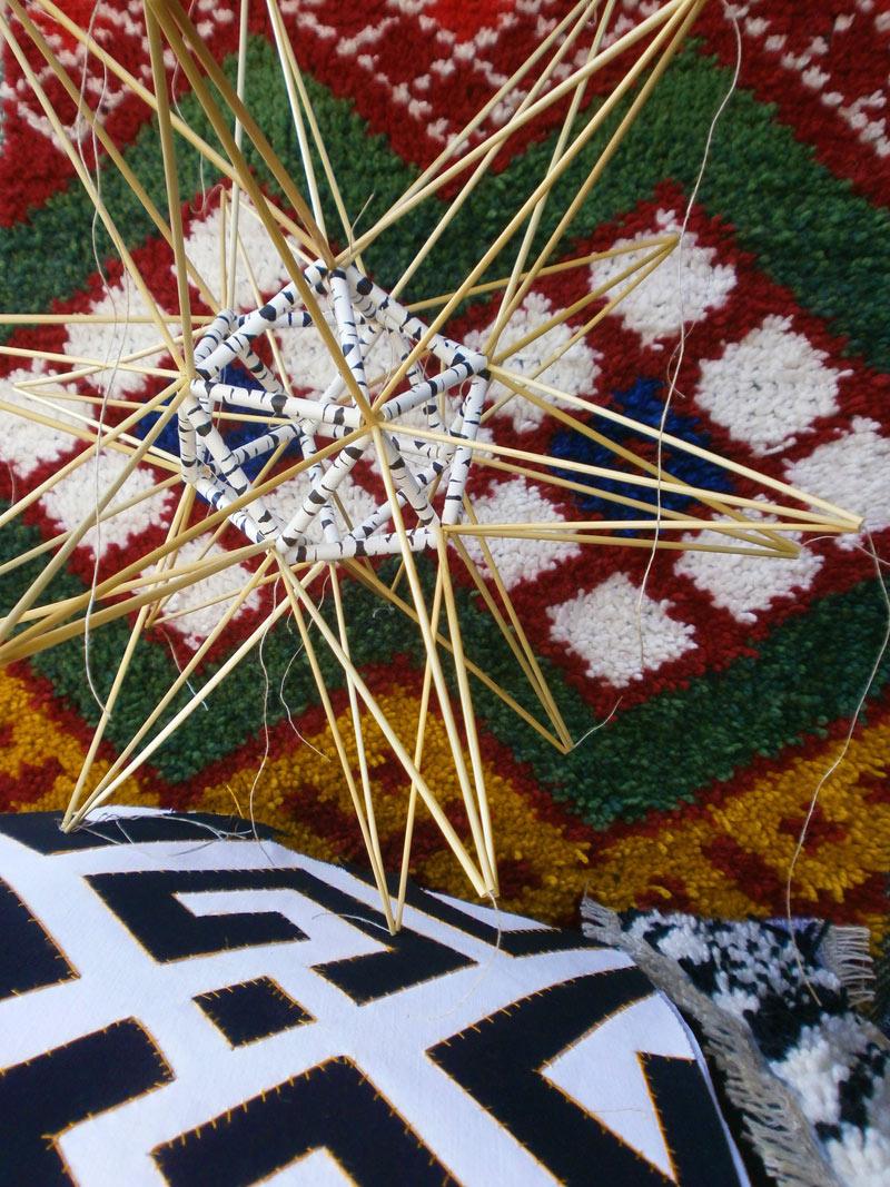 """Per-Åke Backman experimenterar mycket med materialen och låter de samspela med varandra - så här säger han om dessa arbeten: """"I bakgrunden flossa, Rödband - ett broderat band mot röd botten, från Leksandsdräkten. På det en stjärna, Star in excess, råghalm och sugrör. Och längst ner i bild, textil mosaik, Kuba, bomullstyg och tovgarn"""". (Foto Ingela Sannesjö)"""