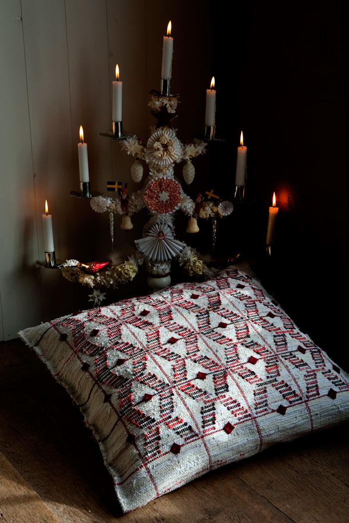 Slarvor och strama kors - kudde i slarvtjäll med inspiration från Hälsingland. Boken I trasmattans värld, från A-Ö finns förutom en massa bra fakta, också vävnotor på hur du kan göra själv. Författare är kännaren på området, Monica Hallén. (Foto Björn Breitholtz)