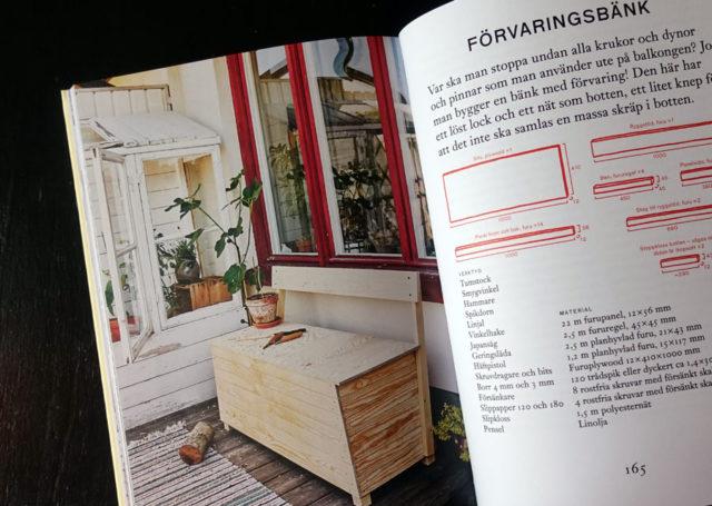 En förvaringsbänk - perfekt till balkongen eller altanen ju! Gör den själv med hjälp av beskrivning ur boken Trä från Natur&Kultur. (Foto uppslag ur boken Kurbits)