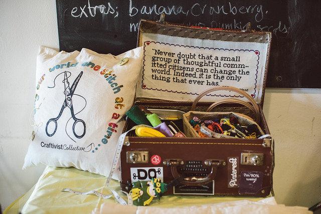 Citatet av Margaret Mead och resväskan har blivit något av Sarah Corbetts signum när hon åker runt med sina workshops. Den fanns med också i Stockholm när hon var här med sin utställning. (Foto Tom Price/Craftivist Collective)