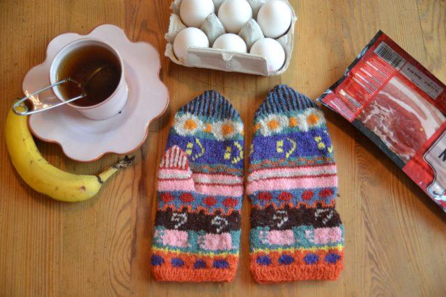 En stadig frukost, vantarna är gjorda av Sally Ståhl. (Foto #delavantar)