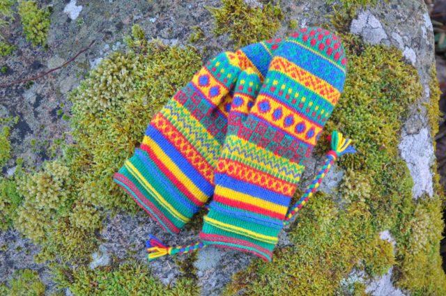 Vanten Erika, av Inger Andersson, inspirerad av den tidigare utställningen Samiska marknadsvantar av samlaren och stickaren Erika Nordvall Falck. (Foto #delavantar)
