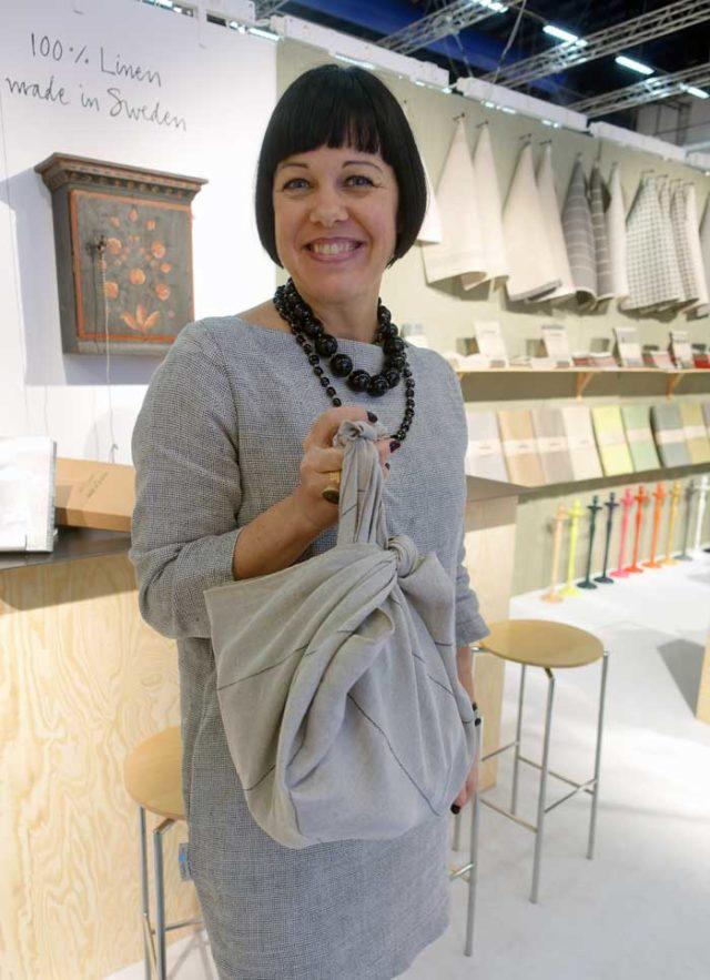 Hanna Bruce från Växbo Lin berättar om företagets omställning till en miljövänligare tillverkning, samt visar upp en furoshiki, ett stycke tyg att ersätta plastpåsen med i väskan när du handlar. (Foto Kurbits)