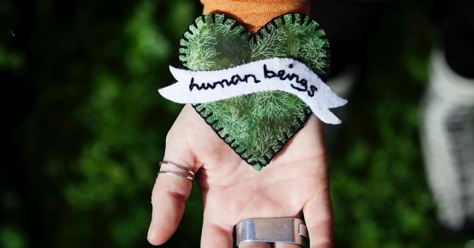 Med stygnen som redskap för vänligare aktivism