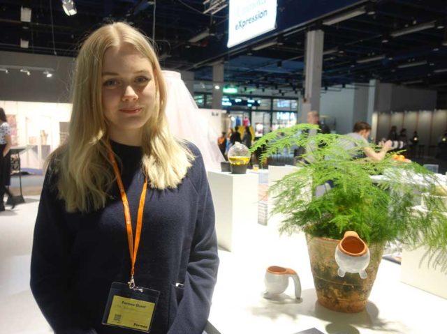 Jag träffade också Moa Gustafsson som fått hjälp av en keramiker för att ta fram krukan Ru, speciellt gjord för sticklingar - smart va? Produkten till höger om Moa i bild. (Foto Kurbits)