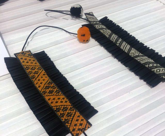 Plisserat renkalvsskinn och antika dräktband från Leksandsdräkten, handvävda i Dalarna - företaget van Deurs använder igen och använder hantverket. (Foto Kurbits)