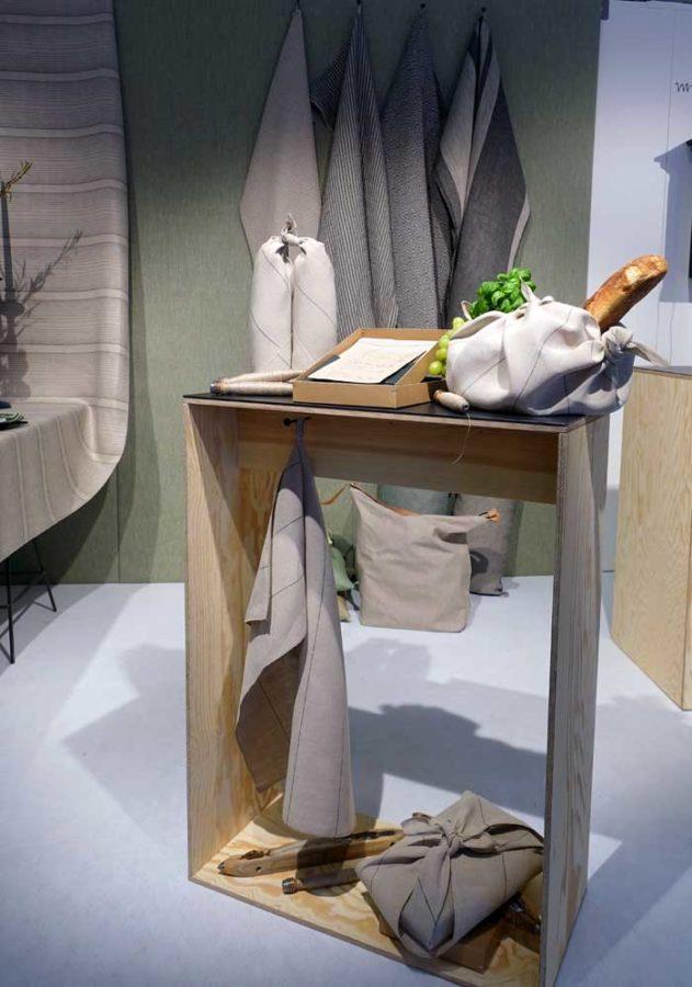 Växbo Lin har av miljöskäl ställt om till en hållbarare produktion; från och med nu tillverkar de sina produkter med oblekt varp. Alla produkter som tidigare var vita blir nu naturfärgade. (Foto Kurbits)