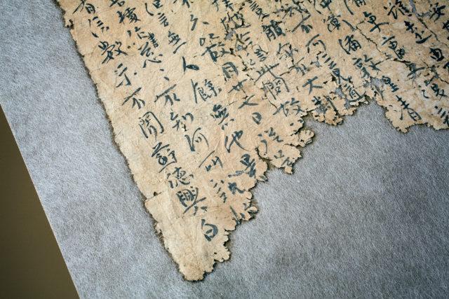 Världens äldsta papper, från Loulan, och del av den alldeles nyöppnade utställningen Paper Stories på Östasiatiska i Stockholm. (Foto Tony Sandin)
