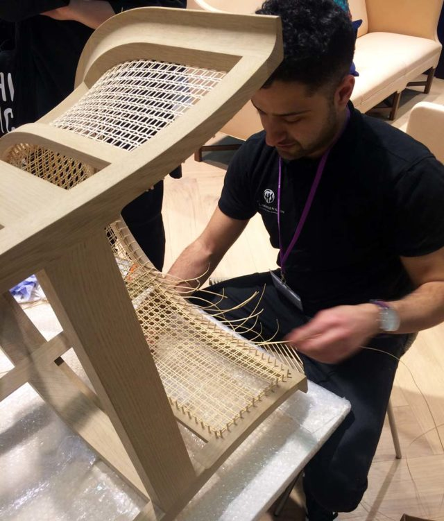 Två och en halv dag tar det för den här hantverkaren att fläta bambun i Kaare Klints vackra och ergonomiska ryggstöd. (Foto Kurbits)