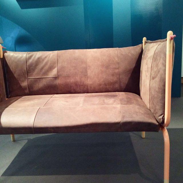 """Jag gillade också studenterna från universitetet i Bergen, med tydligt fokus på hållbar utveckling i produkterna. Här Silje Tombres soffa gjort av spillbitar av läder från möbelproduktion, rester av läder som är bortrensat på grund av marknadens krav på """"rent"""" läder. Varför vill vi ha det så? Så behöver det väl inte vara? (Foto Kurbits)"""