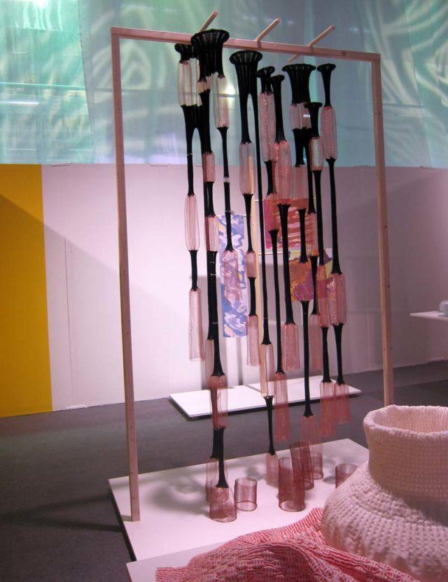 Verket Upstream är stickat av koppartråd, ull och lycra. Av Franscisca Venegas. I förgrunden (och inläggets topp) verket Shrink 'n Shape, av Phyllis Hahn. I bakgrunden skymtar digitaltryck på silke av Maria Oknemark. Alla från kandidatprogrammet Textilhögskolan. (Foto Kurbits)