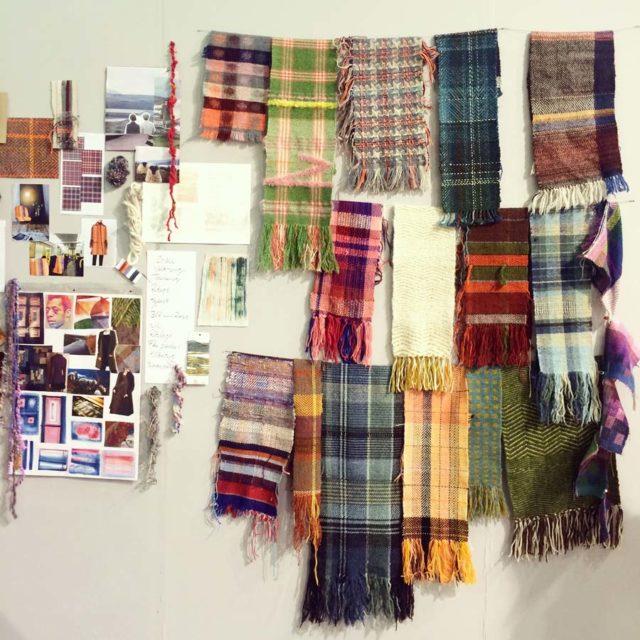 Diskussionen var bland annat i HV:s monter, där eleverna på skolan fått uppgiften att inspireras av tweed. Färga och spinna garn, väva och tillverka metervara och tillslut blev det produkter av olika slag. (Foto Kurbits)