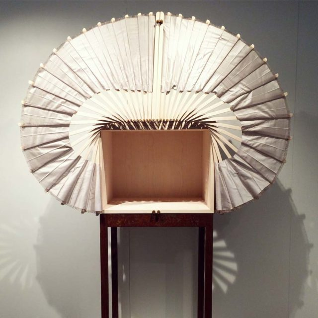 Linda Lohlands experiment med vad ett skåp är och hur det bör vara gillade jag också. Elegant öppning i silkestyg, förstås inspirerat av en fågelvinge. (Foto Kurbits)
