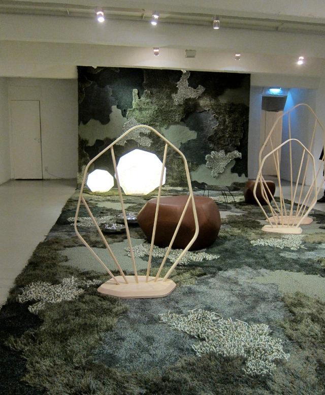Avgränsaren Glade i förgrunden, och över hela rummet, den tio meter långa mattan September. Av Louise Hederström på Designgalleriet. (Foto Kurbits)