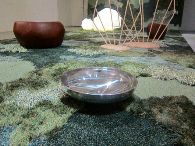 Den glittrande skålen Pyrite blir här till en liten vattenkälla i skogen, i utställningen Understory, av Louise Hederström. (Foto Kurbits)