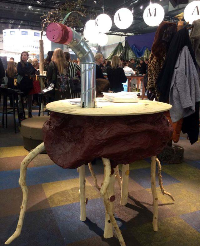 Ett av Nyckelviksskolans bidrag till den tillfälliga utställningen på möbelmässan just nu, som kretsar kring den runda baren Panorama. Projektet heter Aiming for democratic design. (Foto Kurbits)